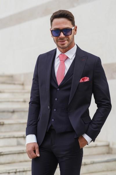 Втален мъжки костюм тъмносин с дискретно розово каре