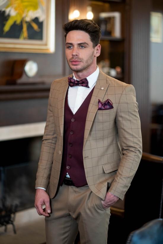 Втален мъжки костюм в цвят екрю и бордо елек