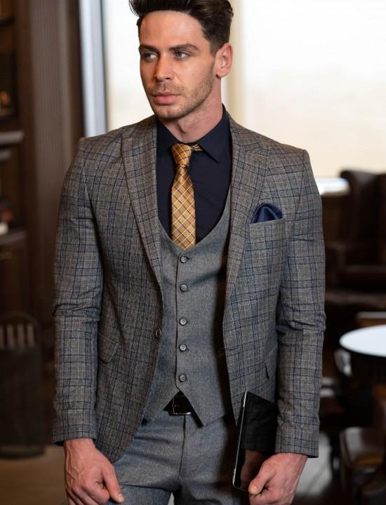 Втален мъжки костюм в сив цвят и синьо каре