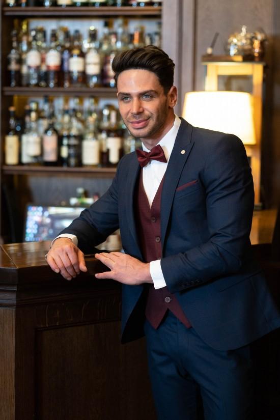 Втален мъжки костюм тъмносин с бордо каре