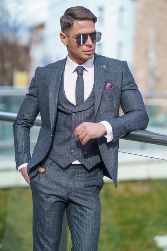 Втален мъжки костюм сив с дискретно розово райе