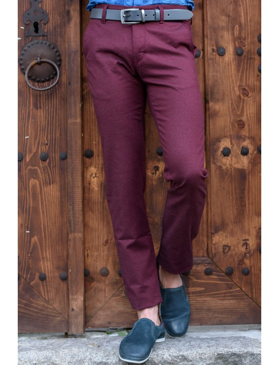 Втален мъжки панталон бордо със структура и еластан