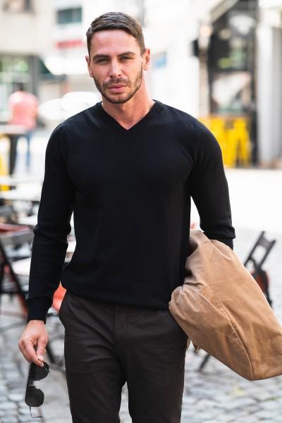 Мъжки пуловер в черен цвят и остро деколте