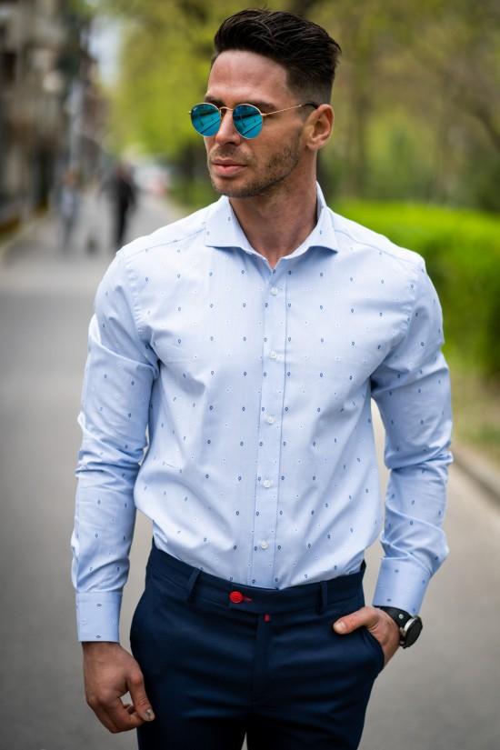 Вталена мъжка риза светлосиня с детайли